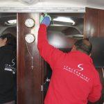 Operai per pulizia barche
